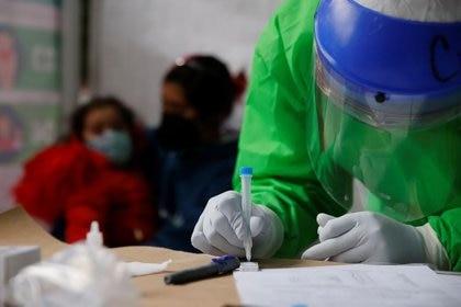 Imagen de archivo. Un trabajador de salud con equipo de protección personal procesa una prueba para detectar el COVID-19 en Ciudad de México, México. 20 de noviembre de 2020. REUTERS/Carlos Jasso
