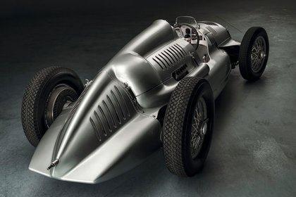 De atrás, el Type D de 1939. Tenía motor V12 de 485 caballos.