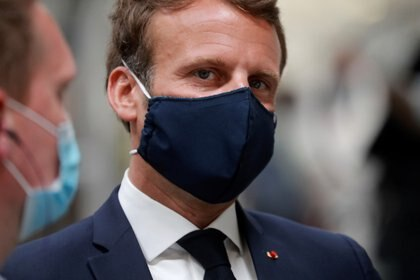 Emmanuel Macron visita, con una mascarilla, una fábrica en Etaples (Reuters)