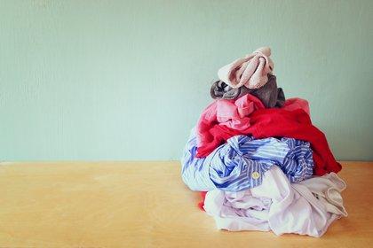 Los especialistas recomiendan lavar la ropa usada para salir al llegar al hogar, en la medida de lo posible