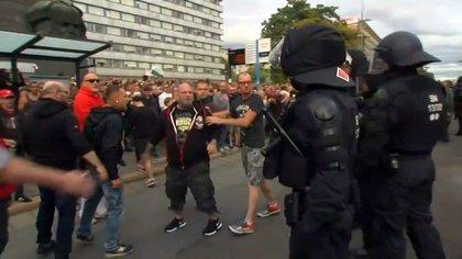 Activistas de la ultraderecha alemana se enfrentan a la policía en una manifestación este año en Dusseldorf. (Reuters)