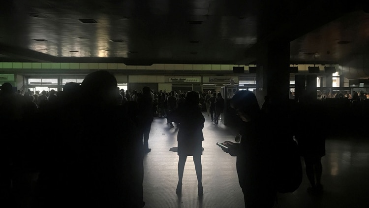 Pasajeros durante un apagón en el aeropuerto internacional Simón Bolívar en Caracas (Reuters)