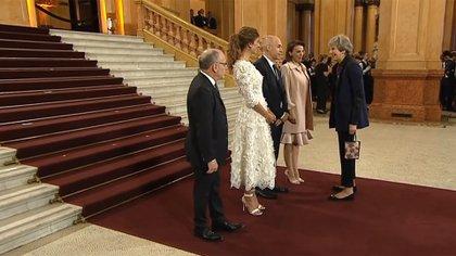 Theresa May cuando fue recibida anoche en la Gala del Teatro Colón