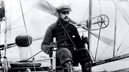 CPG4XP Rolls, Charles Stewart, 27.8.1877 - 12.7.1910, British motoring and aviation pioneer, in an aircraft (above) and Frederick Henry Royce, 27.3.1863 - 22.4.1933, British pioneering car manufacturer, in a car (below),. Image shot 1905. Exact date unknown.