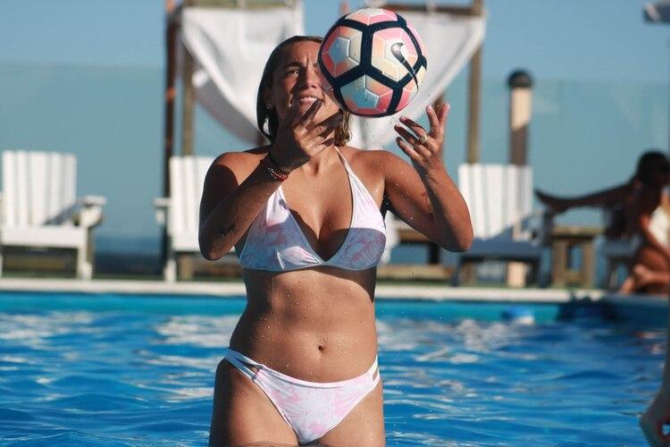 Rocío y la pelota de fútbol, su gran amor