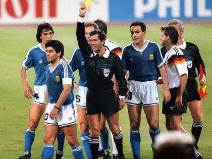 Una imagen emblemática: Codesal amonesta a Maradona en la final del 90 (Foto: Grosby)