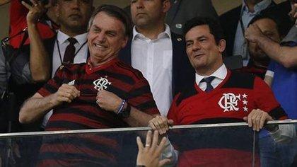 Sergio Moro se mostró la semana pasada con el presidente Jair Bolsonaro en un partido de fútbol (O Globo)