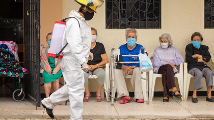 Trabajadores gubernamentales desinfectan la entrada de un hogar geriátrico, el pasado 14 de septiembre de 2020, en San Cristóbal (Venezuela). EFE/Johnny Parra