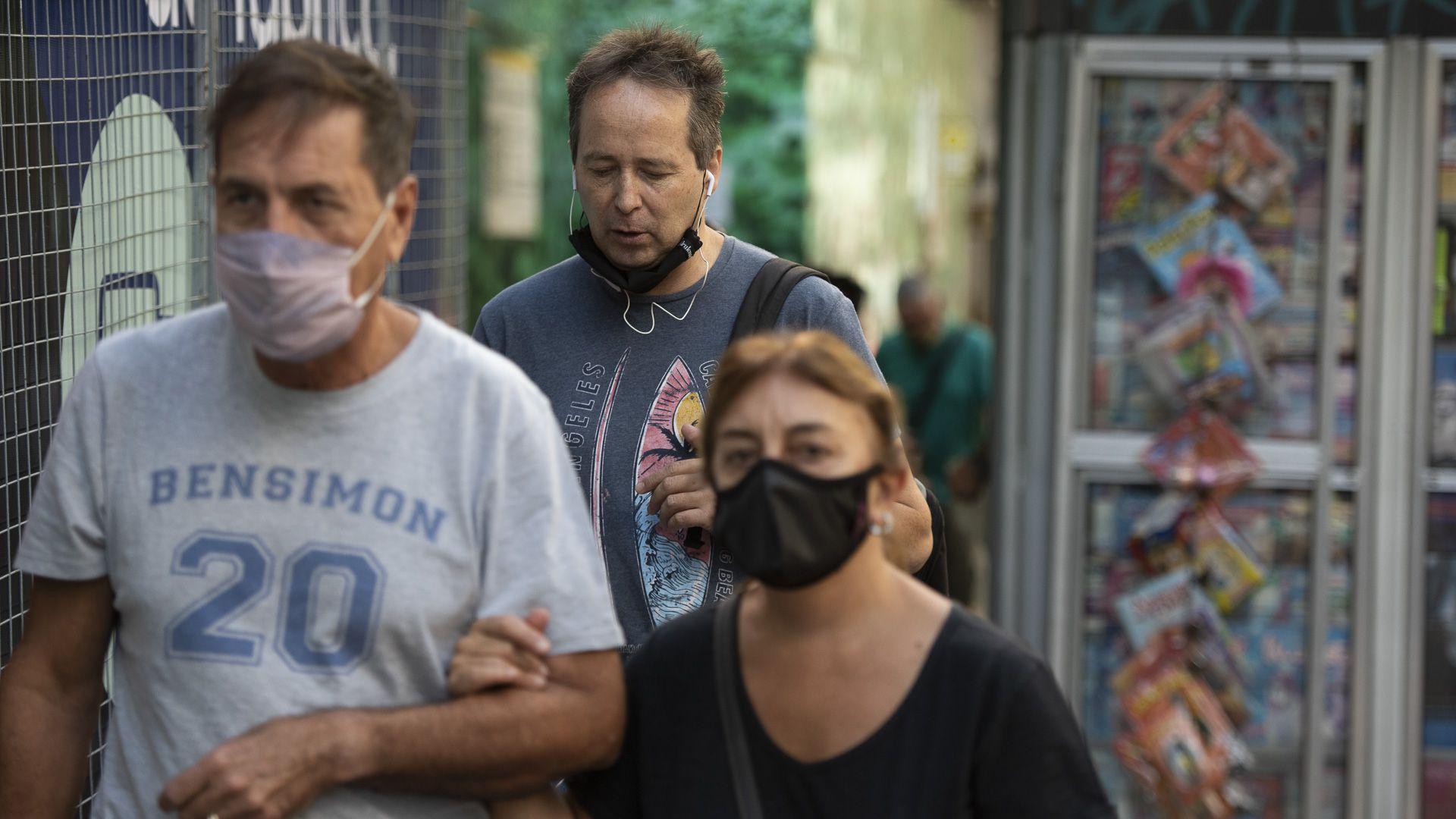 Gente sin barbijo tapabocas en Recoleta, Capital Federal