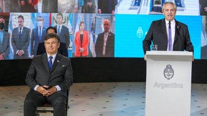El titular de la Sociedad Rural Argentina, Daniel Pelegrina, a la derecha del Presidente