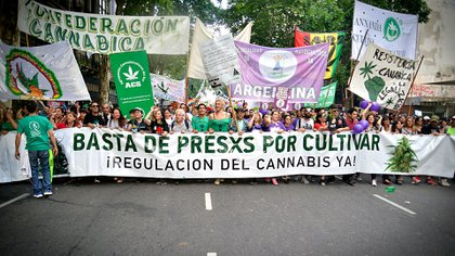 Activistas en Buenos Aires durante una de las dos marchas anuales por la regulación del cannabis (Gustavo Gavotti)