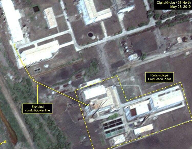 El conducto elevado conecta a la Planta de Producción de Radioisótopos con otros edificios del complejo (Digital Globe/38 North)