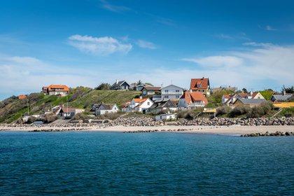 El pueblo costero danés de Tisvildeleje siempre ha tenido seguidores de culto. En la antigüedad, era un sitio sagrado dedicado al dios Tyr; su manantial atrajo a peregrinos que creían que sus aguas tenían propiedades curativas. Más recientemente, Tisvildeleje y la Riviera danesa circundante han atraído a los urbanitas que abrazan los encantos rústicos y sin pretensiones de la zona