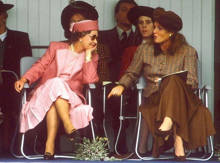 La reina Isabel II y Sarah Ferguson Duchess en 1990 (Shutterstock)