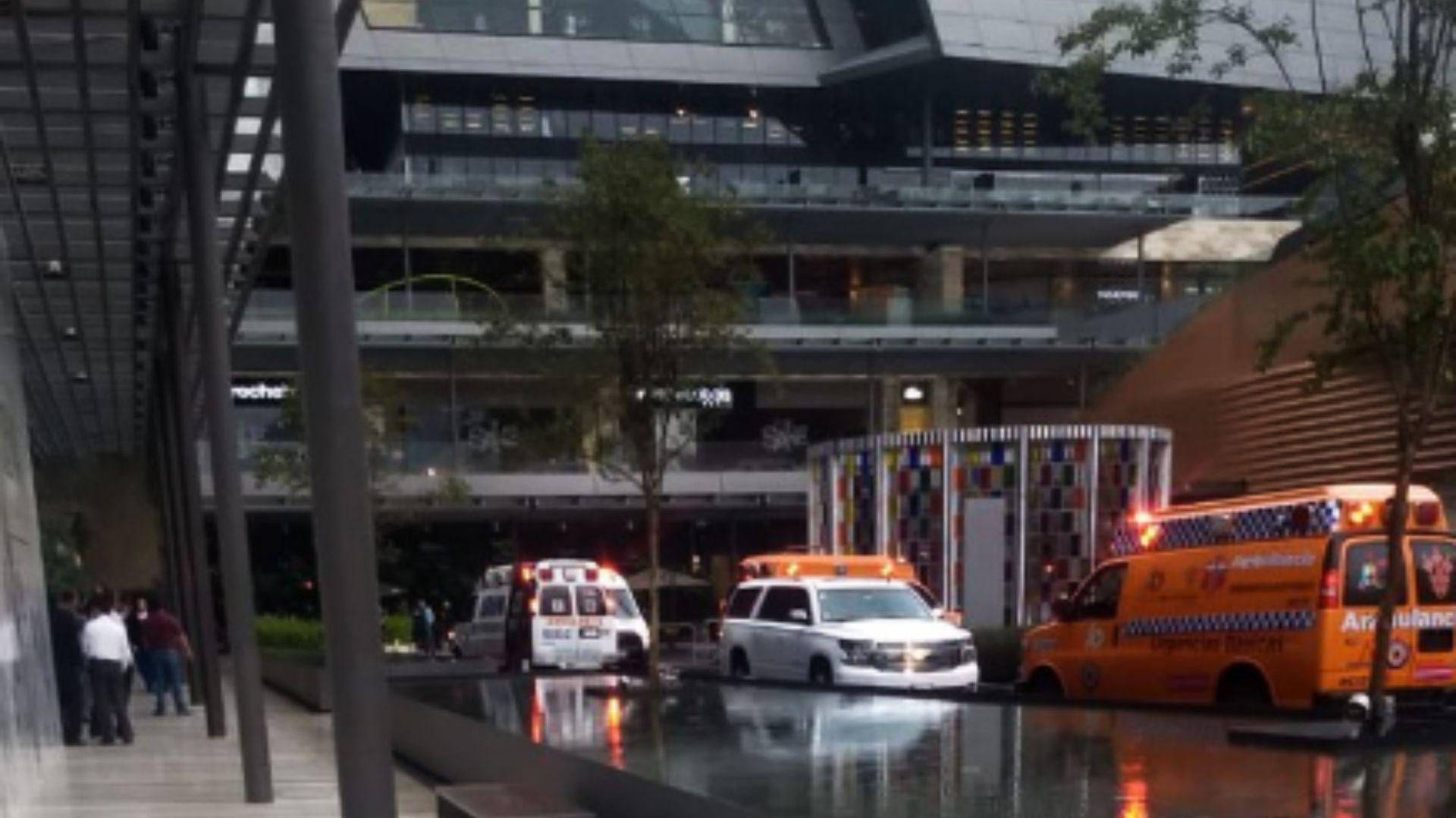 De inmediato llegaron ambulancias y seguridad al lugar tras la balacera la tarde de este miércoles (Foto: Twitter)
