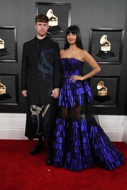 """""""Jameela Jamil optó con un vestido Strapless en azul metalizado y transparencias. Y eligió no llevar accesorios y cabello suelto"""", sostuvo María Gabriela Gurmandi, asesora de imagen y personal shopper a Infobae"""