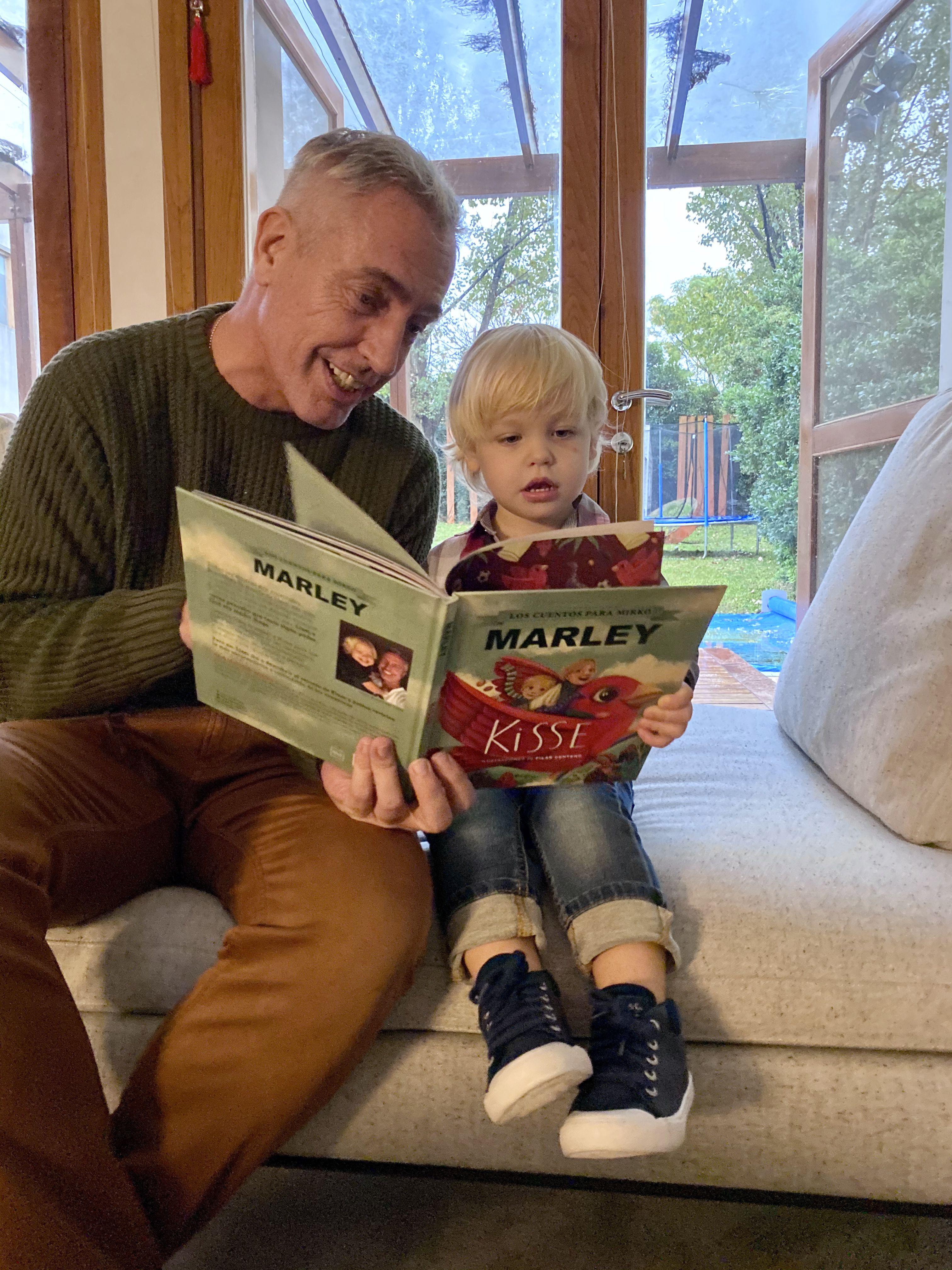 Marley junto a Mirko en plena lectura de Kisse, un libro de cuentos que el conductor escribió para su hijo - Foto: Instagram de @marley_ok