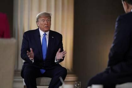 El presidente Donald Trump participa en una transmisión en vivo en el memorial de Lincoln en Washington. Estados Unidos, 3 de mayo de 2020.  REUTERS/Joshua Roberts