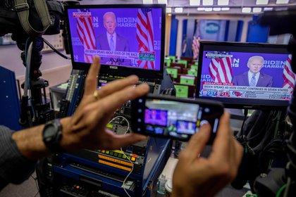 Las declaraciones del candidato presidencial demócrata Joe Biden se muestran en un monitor en la sala de conferencias de prensa de la Casa Blanca en Washington, DC, EFE / EPA / SHAWN THEW