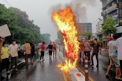 FOTO DE ARCHIVO: Un grupo de manifestantes en contra del golpe de Estado militar queman una bandera de China en Rangún, Myanmar, el 5 de abril de 2021. REUTERS/Corresponsal