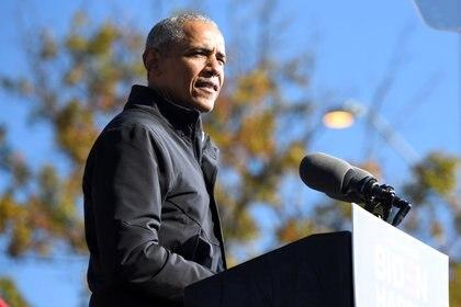 FILE PHOTO: Former President Barack Obama addresses voters one day before the election, in Atlanta, Georgia, U.S., November 2, 2020. REUTERS/Brandon Bell/File Photo