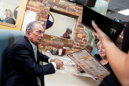 Bloomberg y la legisladora de Virginia, Nancy Guy, ordenan el almuerzo en el D'Egg cafe de Norfolk, Virginia. REUTERS/Joshua Roberts