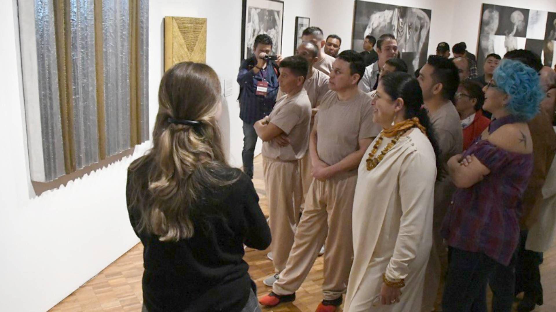 Integrantes del proyecto Kolëctiv.feat tuvieron una visita guiada por la exposición Territorios de la memoria. (Foto: Francisco Segura/ Conaculta)