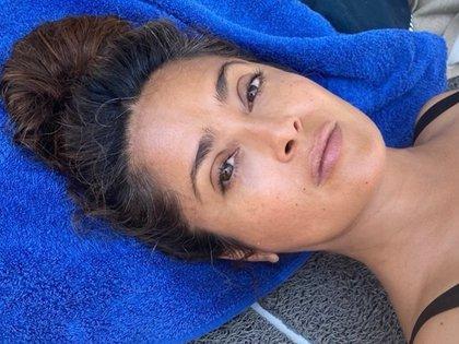 """La actriz no teme presumir sus canas en las redes sociales y las denominó como las """"canas de la sabiduría"""" (Foto: Instagram @salmahayek)"""