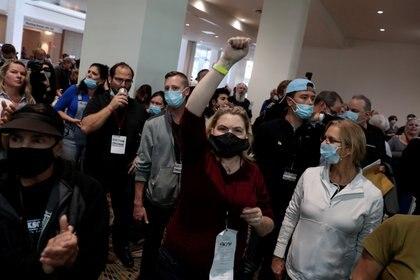 Personas exigen que se dejen de contar los votos en Michigan (Reuters)