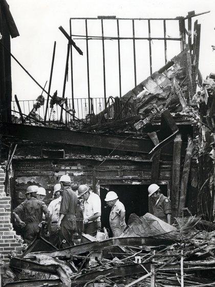 Los bomberos trabajando en el incendio del Beverly Hills Supper Club (Crédito: The Enquirer / Ed Reinke / USA Today Network / Sipa USA / Grosby Group)