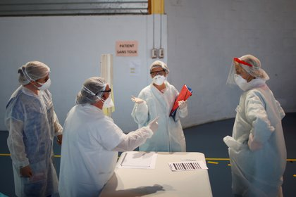 Personal médico usando trajes de protección contra el coronavirus, en un centro montado en un gimnasio cerca de Taverny (Reuters/ Gonzalo Fuentes)