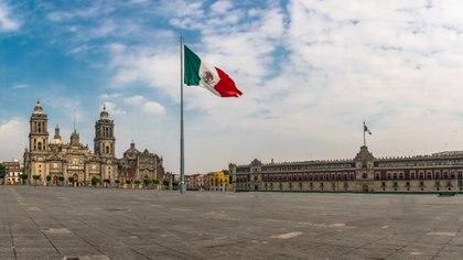 La catedral de Ciudad de México, (izquierda), en una de las cabeceras del Zócalo capitalino (istock)