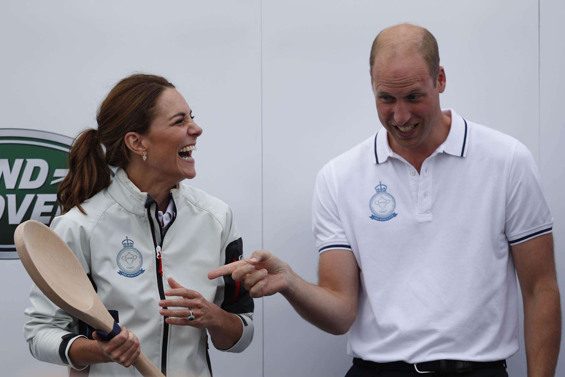 El equipo de Kate terminó último y recibió una cuchara de madera, el príncipe reaccionó frente al premio