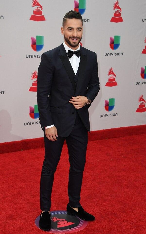 """El cantante Maluma brilló con su paso en la alfombra roja de los Grammy Latinos . Lució un black tie con moño y zapatos de chiffon. """"Impecable, se lo ve muy bien, el chiffon y el terciopelo son muy bienvenidos para esta temporada, está muy bien"""" opinó Matilda."""