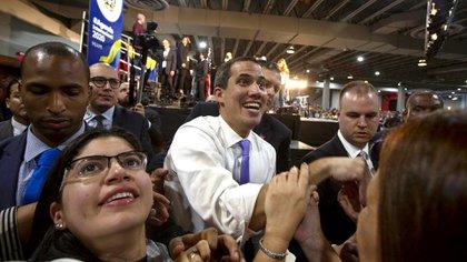 Juan Guaidó saluda a sus partidarios en Miami en febrero 2020, cuando tenía el apoyo total de la Casa Blanca. Saul Martinez/Getty Images/AFP