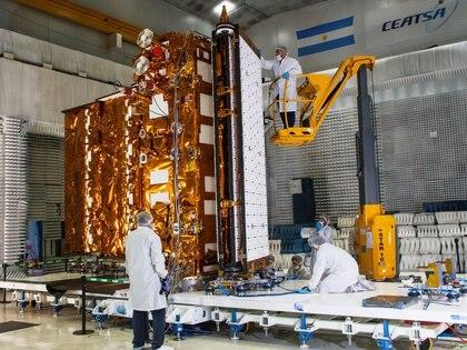 Una de las últimas imágenes del satélite mientras es ensamblada la antena de 35 metros de diámetro (Invap)