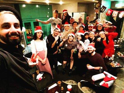 """Navidad 2020 en Tokio. En su instagram escribió: """"Estas son las personas que en poco tiempo se convierten en eternas""""(@alan.sosa)"""
