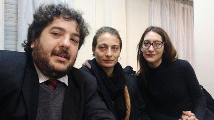 Mariana Gómez, suesposa Rocío Girat y su abogado dentro de la sala del juicio