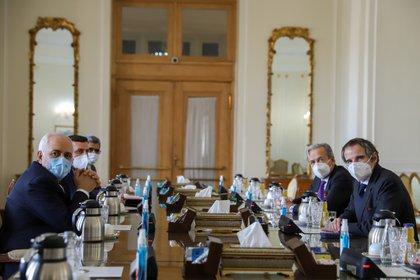 Rafael Grossi, director general del Organismo Internacional de Energía Atómica (OIEA) de la ONU, se reunió en Teherán con el ministro de Asuntos Exteriores, Javad Zarif (Majid Asgaripour/WANA via REUTERS)