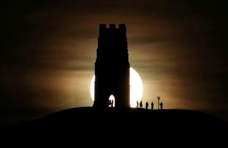 La torre St Michael se ve en Glastonbury Tor, cuando la luna llena se eleva en Glastonbury, Reino Unido (REUTERS/Peter Cziborra)