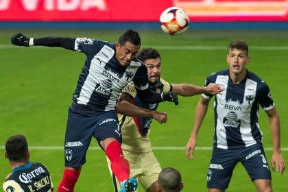 Rogelio Funes Mori de Rayados de Monterrey disputa el balón con Henry Martín de las Águilas del América durante un partido del Torneo Guardianes Clausura 2021 en el estadio BBVA de Monterrey (Foto: EFE/Miguel Sierra)