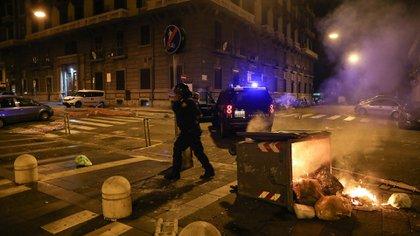 Manifestantes quemaron contenedores de basura (AFP)