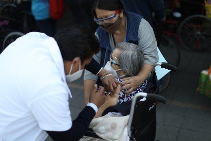 Una mujer recibe la vacuna contra el coronavirus en Nezahualcoyotl (México). EFE/ Sáshenka Gutiérrez/Archivo