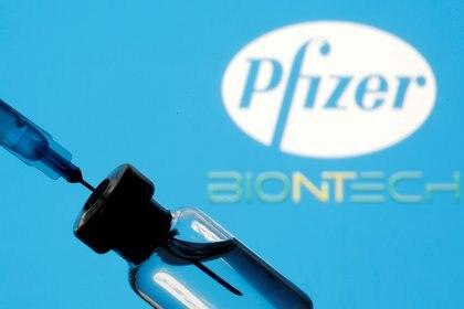 La farmacéutica anunció su retraso en la entrega de antígenos (Foto: REUTERS/Dado Ruvic/Illustration/File Photo)