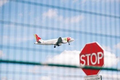 El Gobierno argentino suspendió el jueves pasado todos los vuelos internacionales provenientes de zonas afectadas por el coronavirus por 30 días (REUTERS)