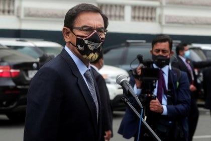 El ex presidente peruano, Martín Vizcarra, habla con los medios a las afueras del Congreso