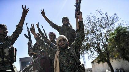 Soldados de las FDS celebran la victoria sobre el ISIS (AFP)