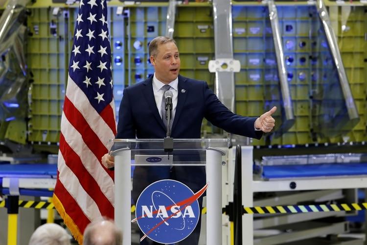 El administrador de la NASA Jim Bridenstine habla a los trabajadores de NASA en el Centro Espacial Kennedy de Cape Canaveral, Florida, (REUTERS/Mike Brown)