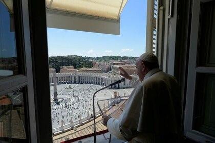 El Papa Francisco hace un gesto mientras dirige la oración de Regina Coeli desde su ventana en la Plaza de San Pedro después de meses de cierre debido al brote de coronavirus, en el Vaticano, el 31 de mayo de 2020 (Medios del Vaticano/vía REUTERS)