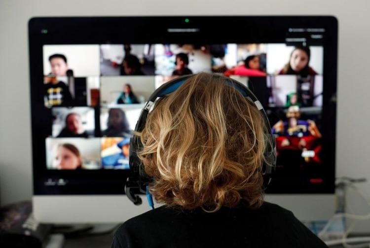 Foto de archivo. Un estudiante, en clases en línea con sus compañeros usando la aplicación Zoom en casa. 2 de abril de 2020. REUTERS/Albert Gea